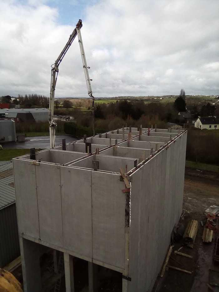 Construction d''un bâtiment et d''une centrale béton pour Lafarge à Yffiniac img20180328121449